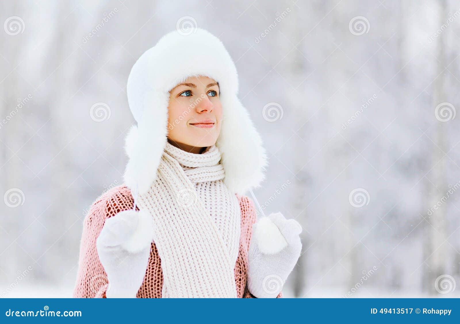 Download Porträt Einer Recht Jungen Frau Draußen Im Winter Stockbild - Bild von fashion, kleidung: 49413517