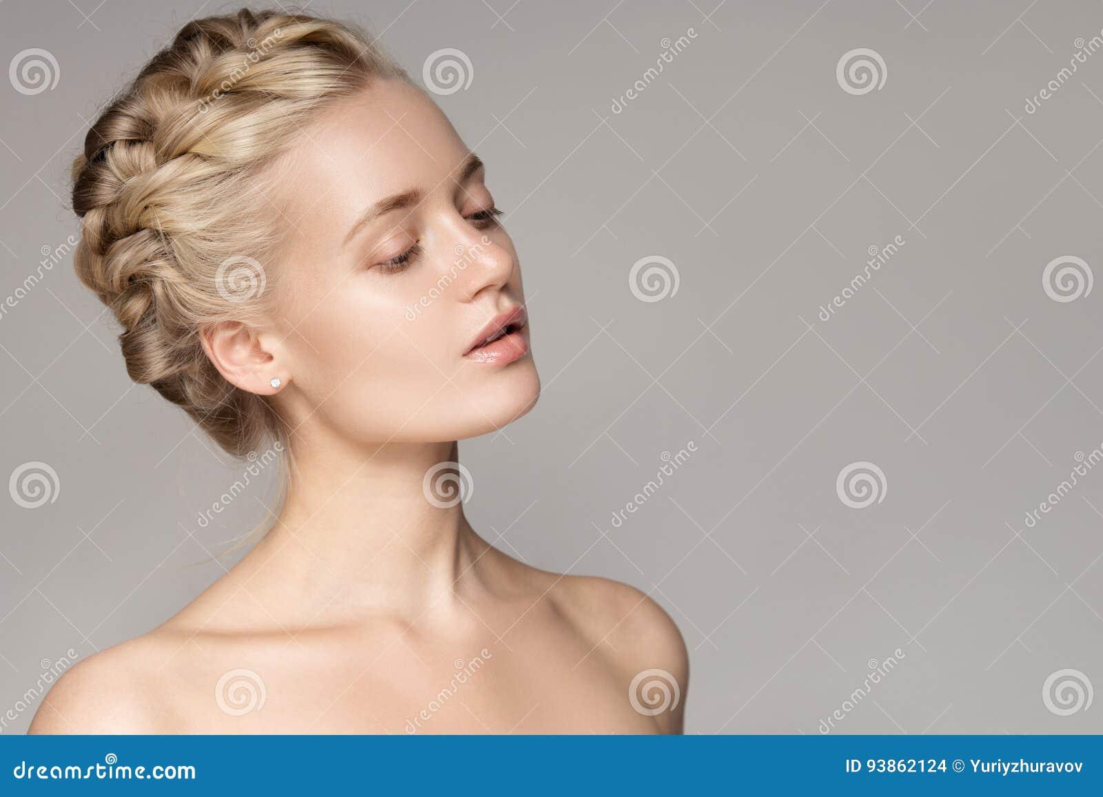 Portrat Einer Schonen Jungen Blonden Frau Mit Den Zopf Kronen Haaren