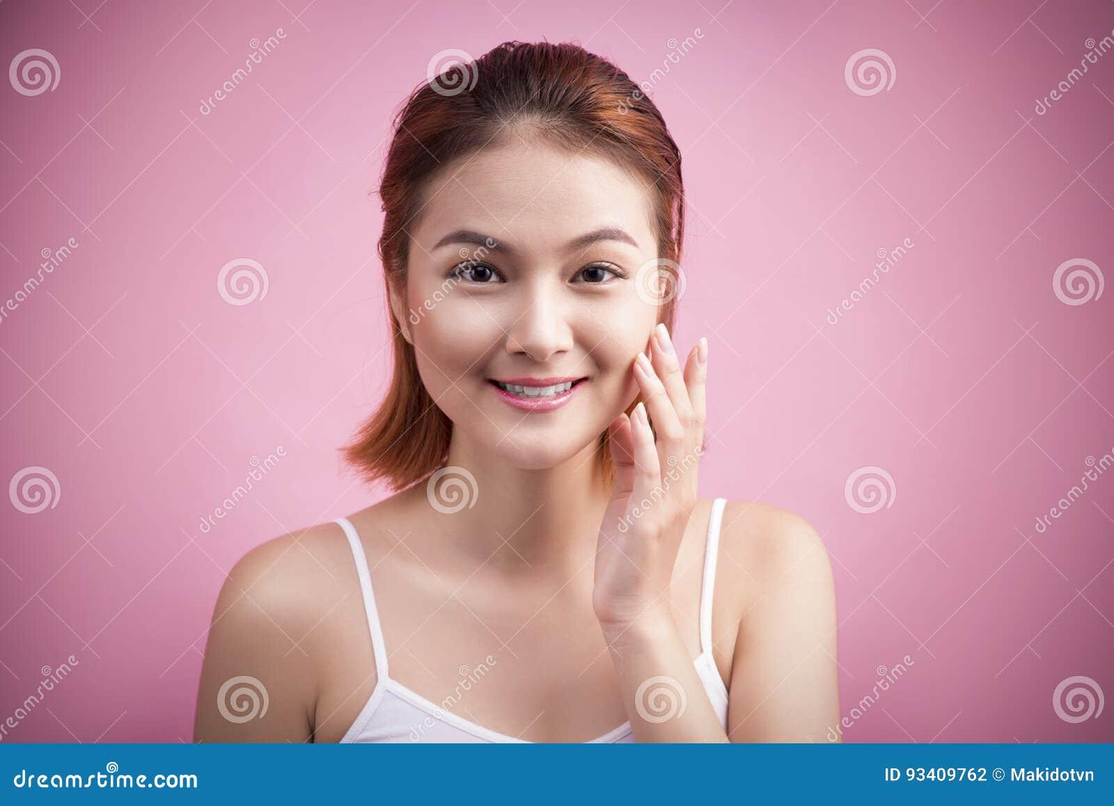 Porträt einer schönen lächelnden jungen Frau mit natürlichem Make-up