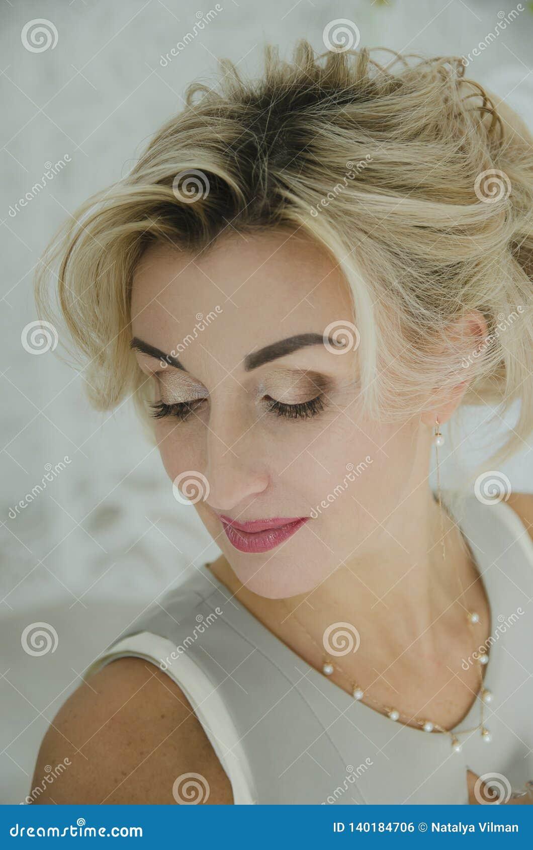 Porträt einer Schönheit mit dem blonden Haar