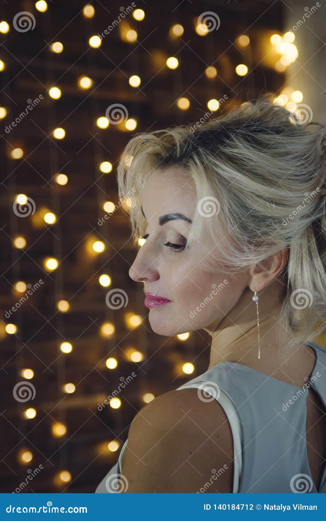 Porträt einer Schönheit mit dem blonden Haar profil