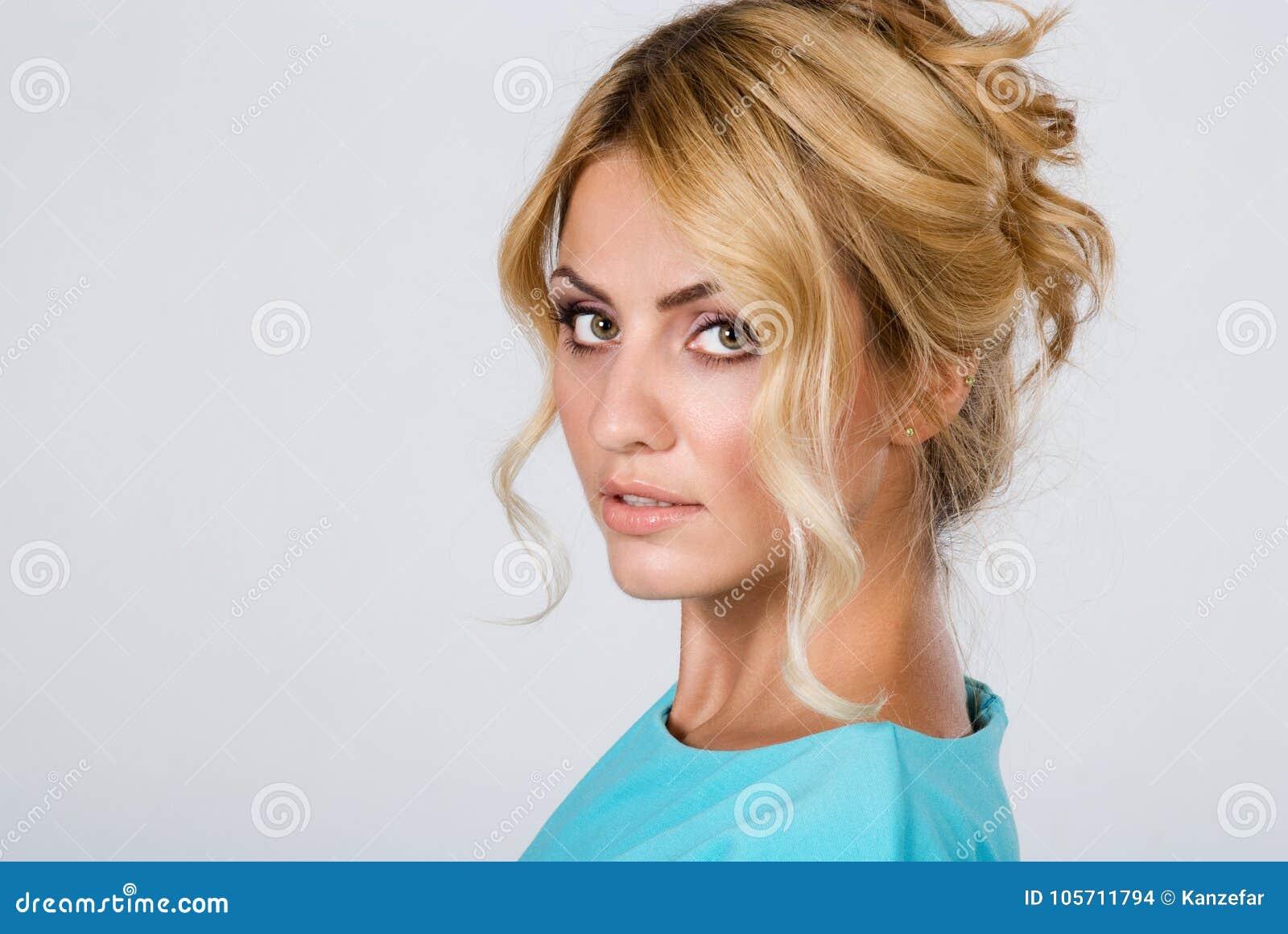 Porträt einer Schönheit mit der sauberen Haut lokalisiert