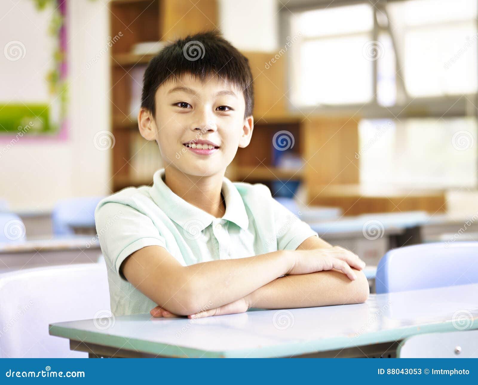 Porträt eines asiatischen Grundschülers