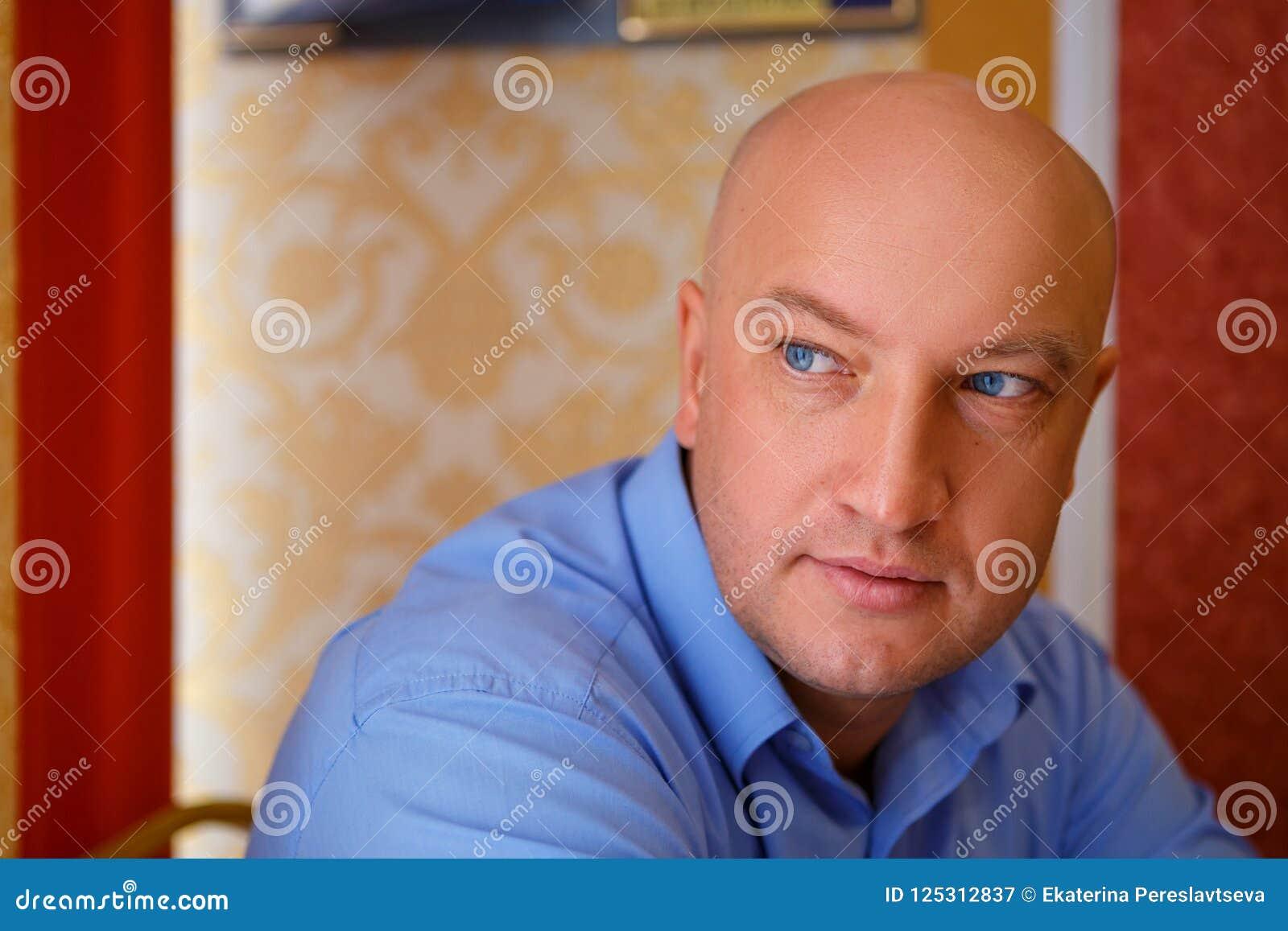 Porträt eines gutaussehenden Mannes in einem Hemd, das weg schaut