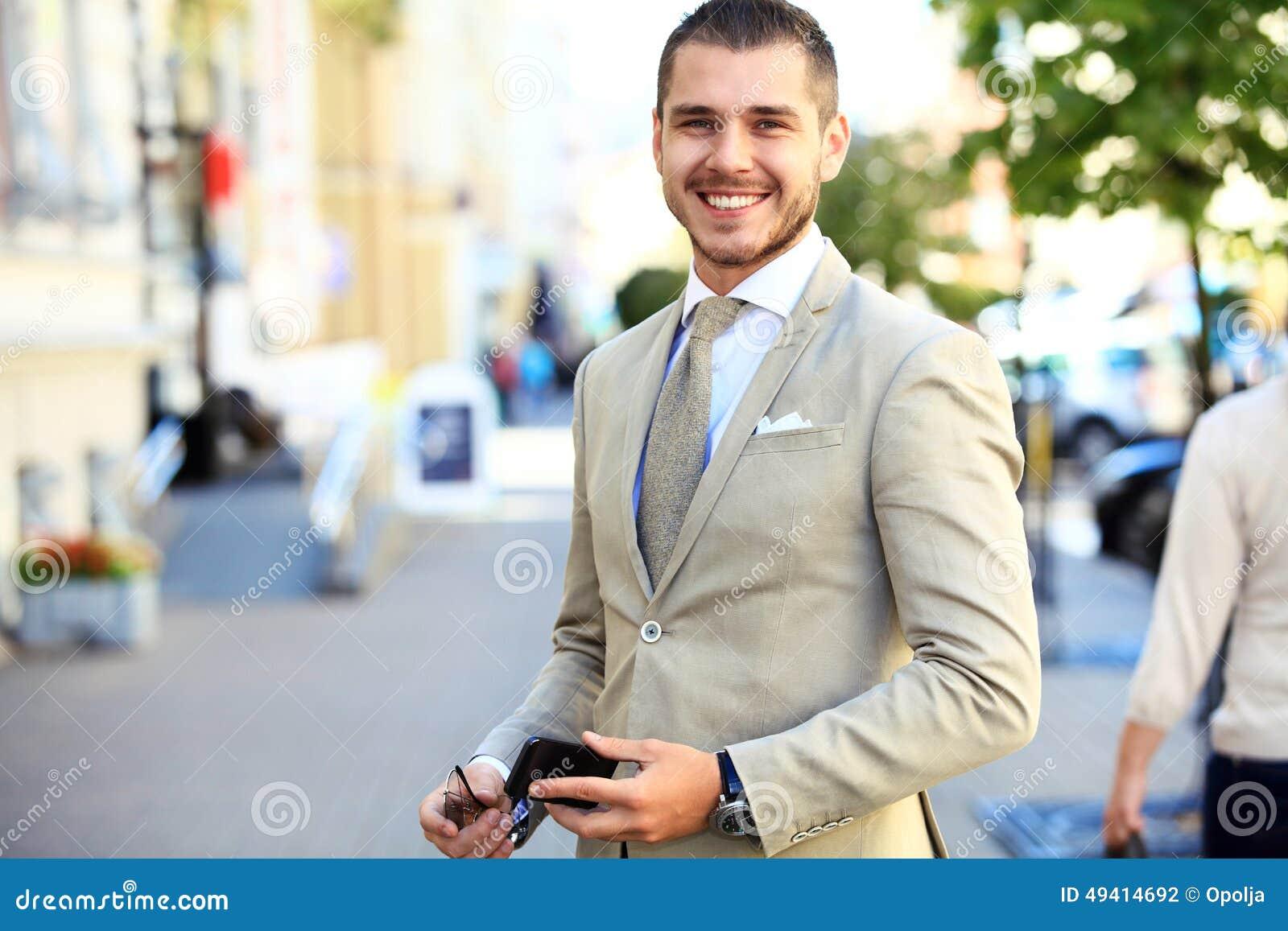 Download Porträt Eines Hübschen Geschäftsmannes Stockfoto - Bild von stattlich, unternehmer: 49414692