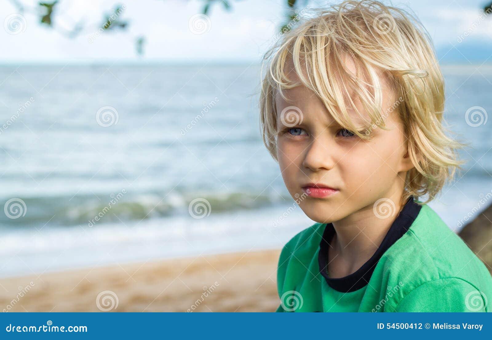 Porträt eines jungen besorgten Jungen