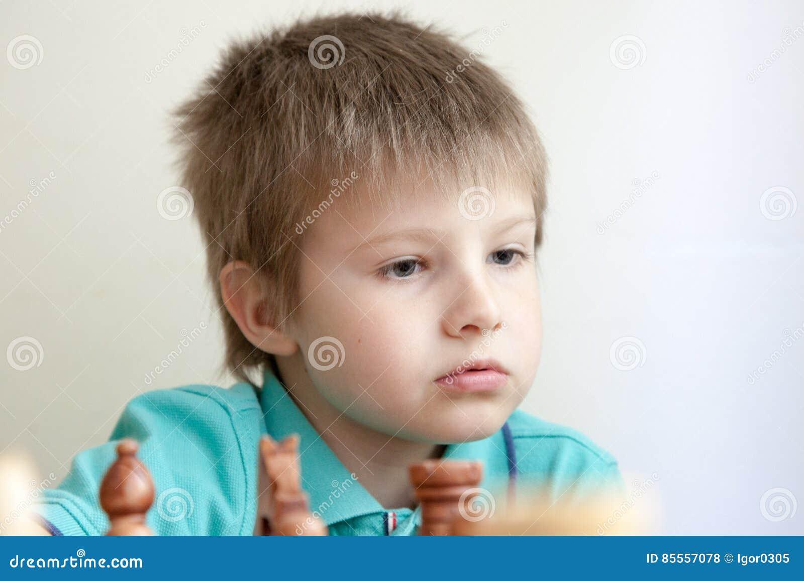 Porträt eines Jungen, der Schach spielt