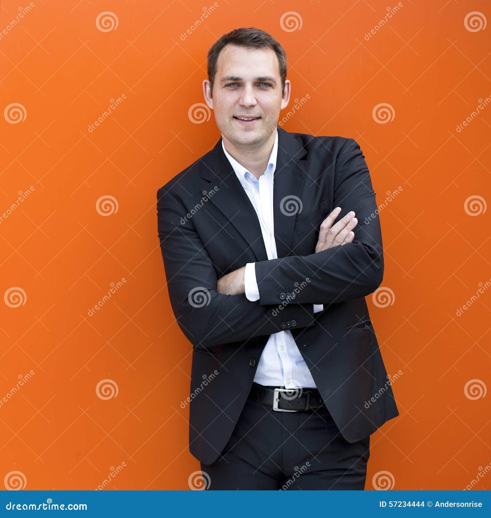 Porträt eines jungen Geschäftsmannes in einem dunklen Anzug und in einem weißen Hemd