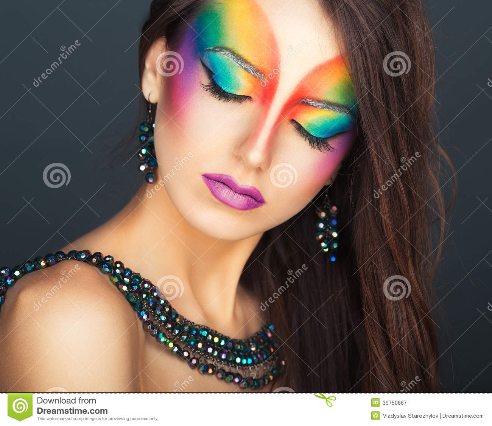 Porträt eines jungen schönen Mädchens mit einem Mode hellen multico