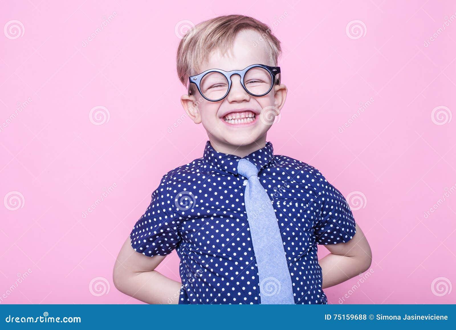 Porträt eines kleinen lächelnden Jungen in lustigen Gläsern und in einer Bindung schule vortraining Art und Weise Studioporträt ü