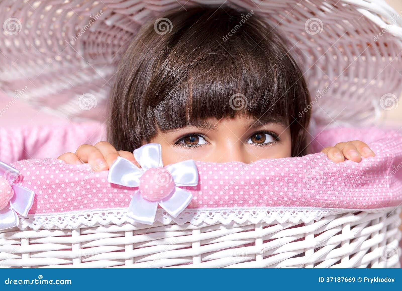 Porträt eines kleinen Mädchens mit großen Augen im rosa Raum
