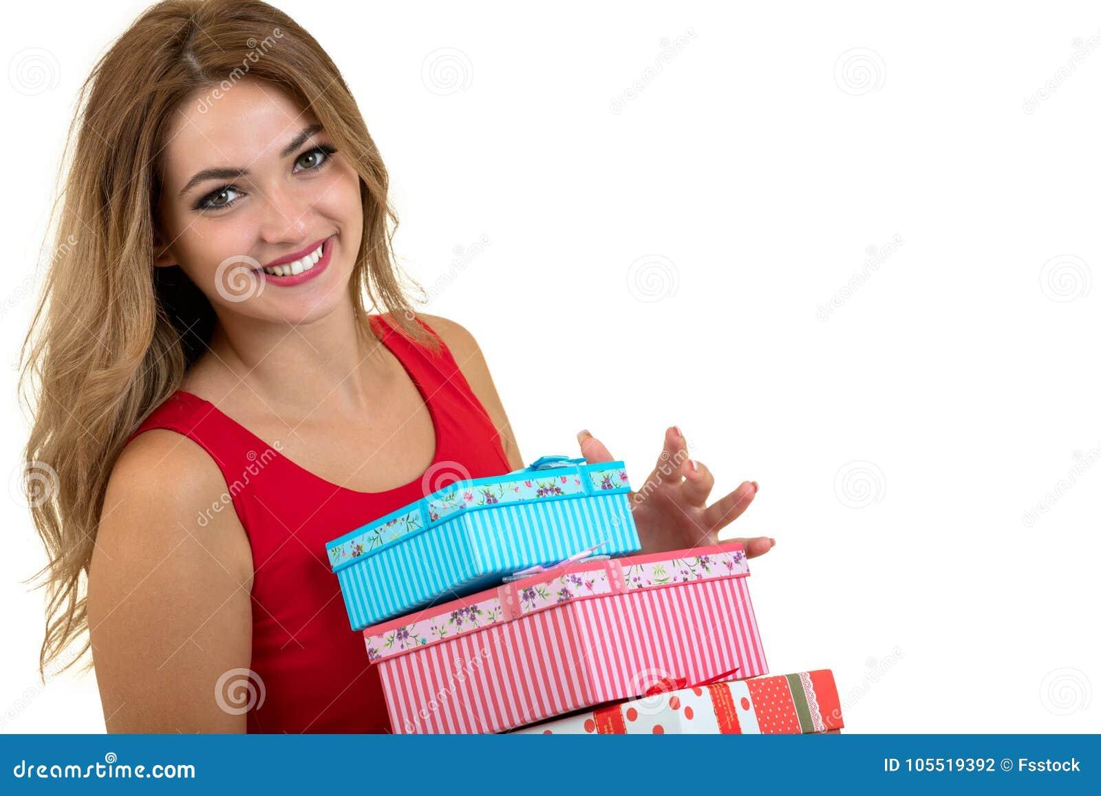 Porträt eines lächelnden hübschen Mädchenholdingstapels Geschenkboxen lokalisiert über weißem Hintergrund