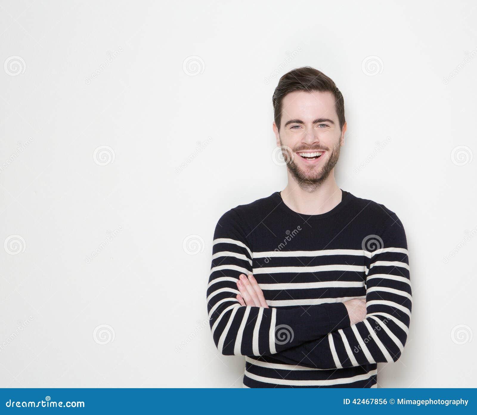 Porträt eines lächelnden Mannes mit den Armen gekreuzt