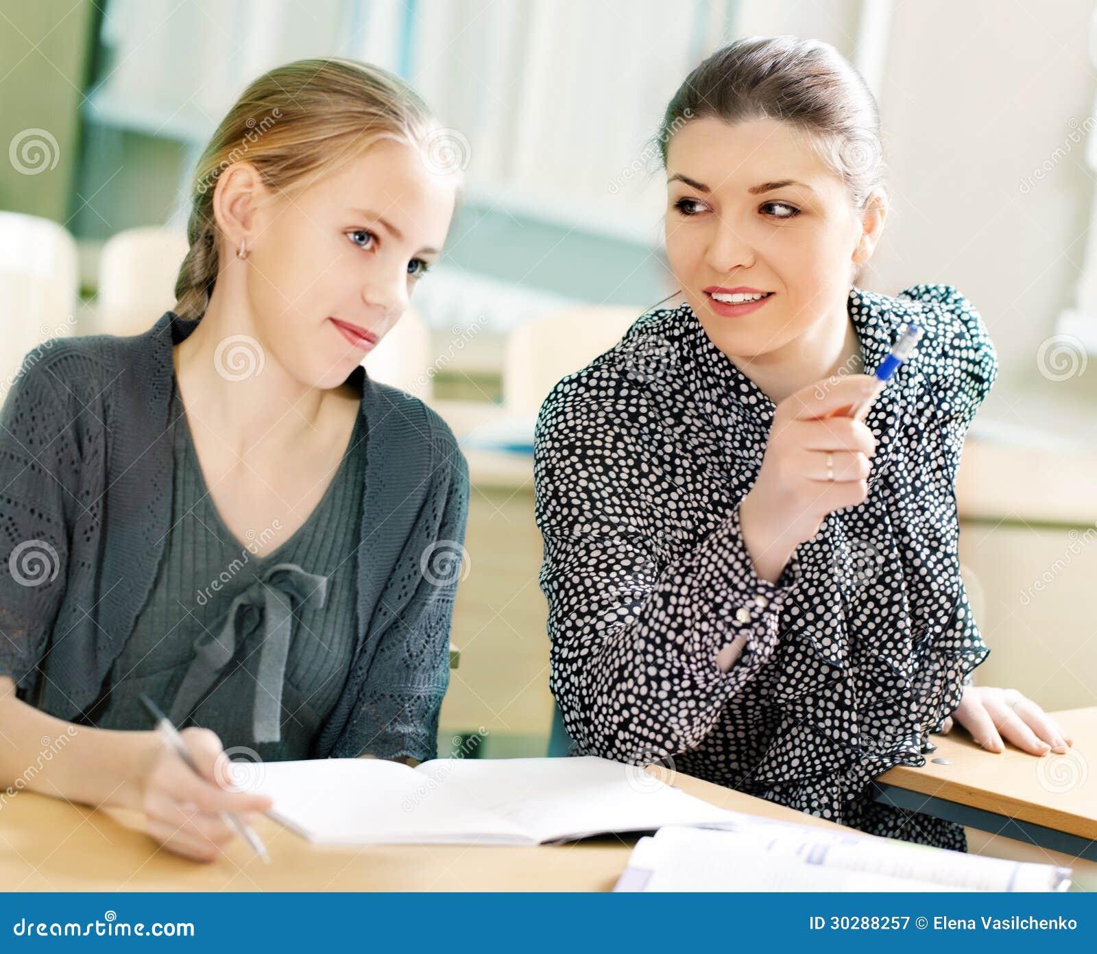 Porträt eines Lehrers, der etwas erklärt