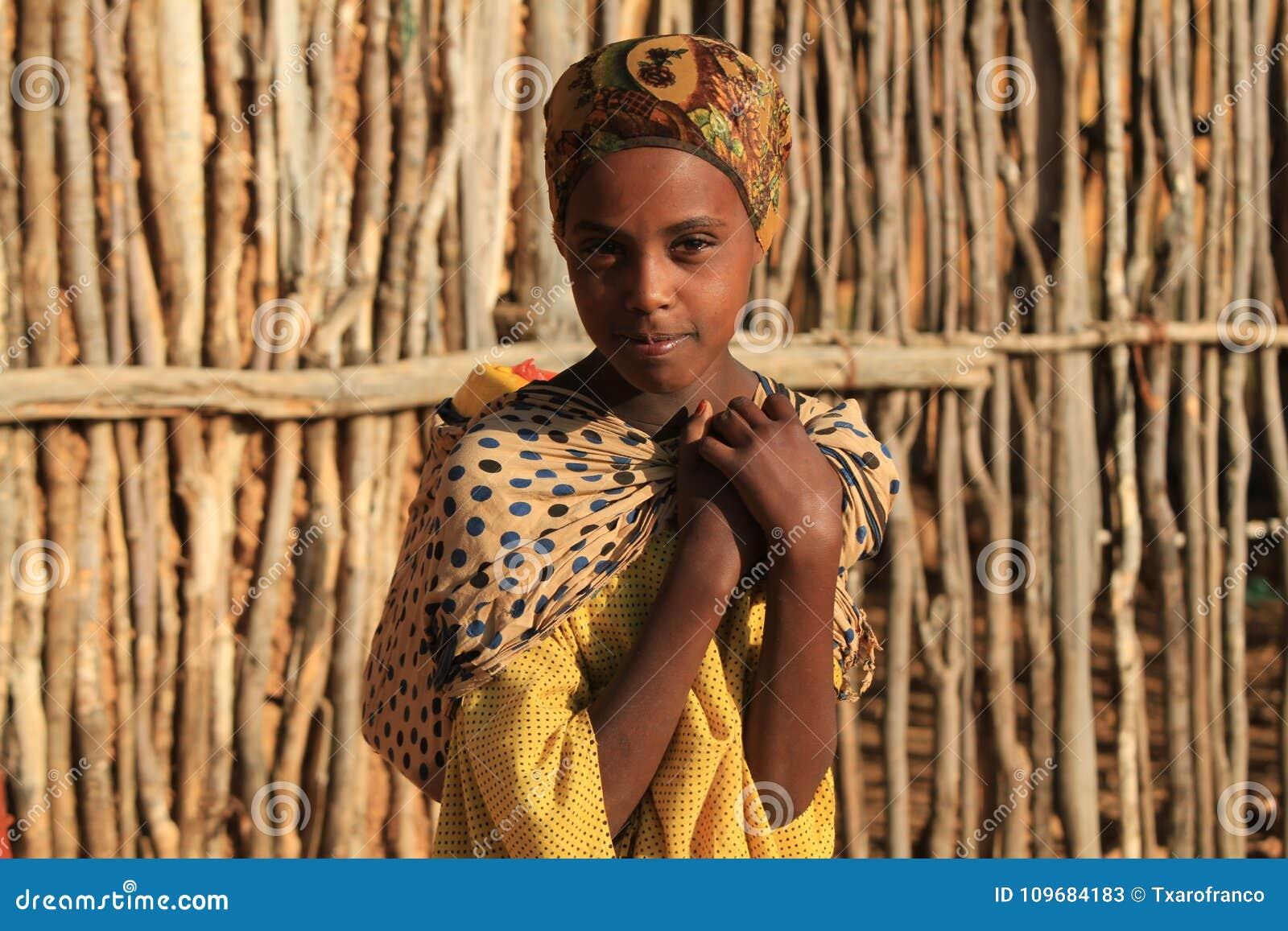 Porträt eines Mädchens auf der Suche nach Wasser bei Sonnenaufgang Äthiopien
