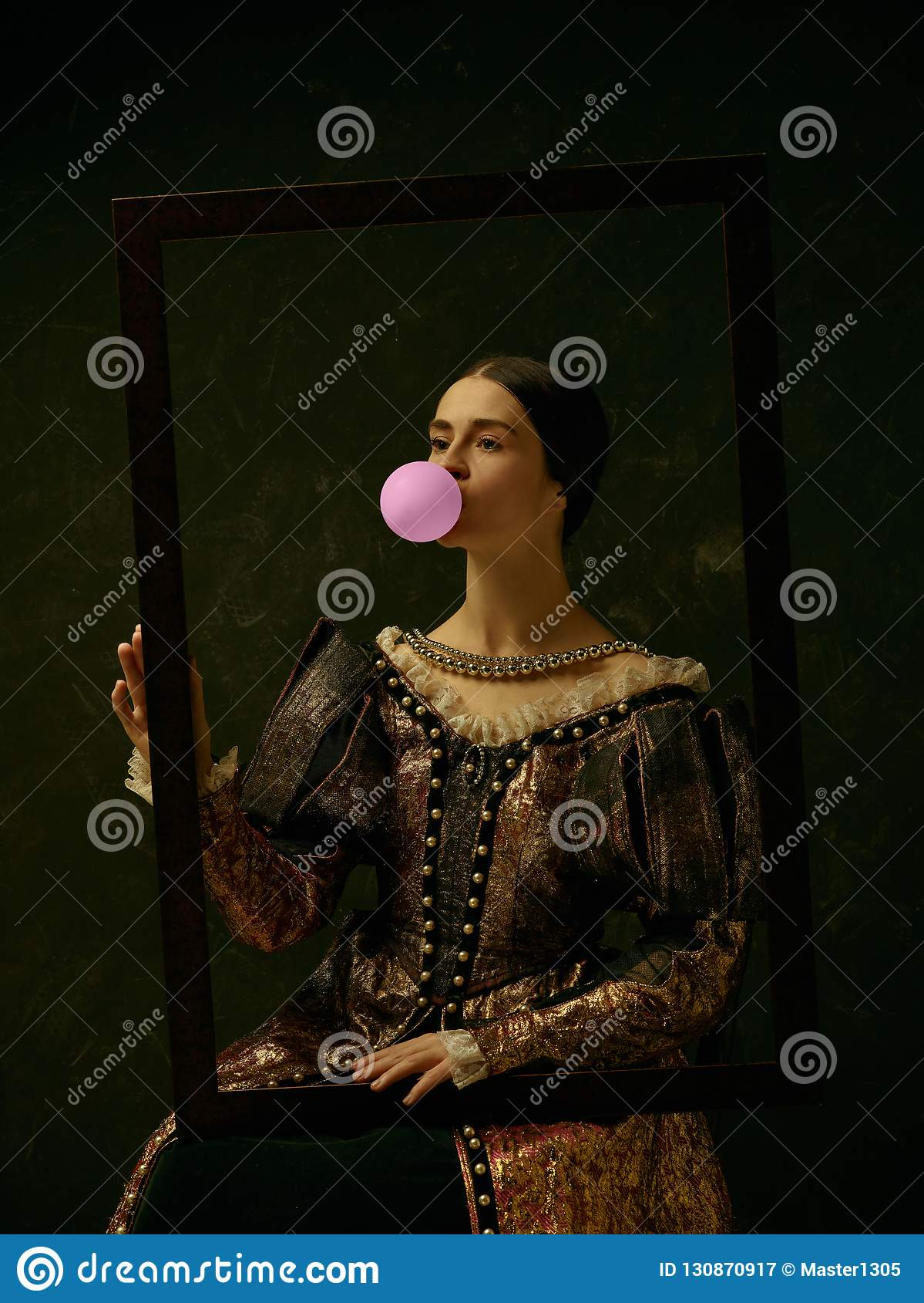 Porträt eines Mädchens, das ein Retro- Prinzessin- oder Gräfinkleid trägt