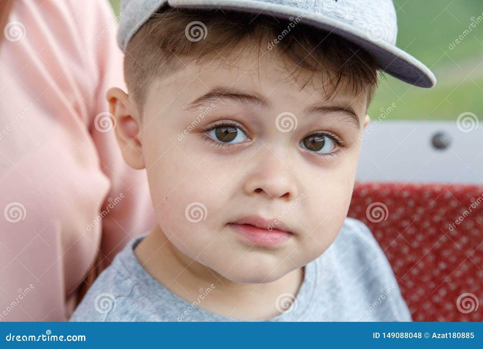 Portr?t eines netten kleinen Jungen in einer Kappennahaufnahme