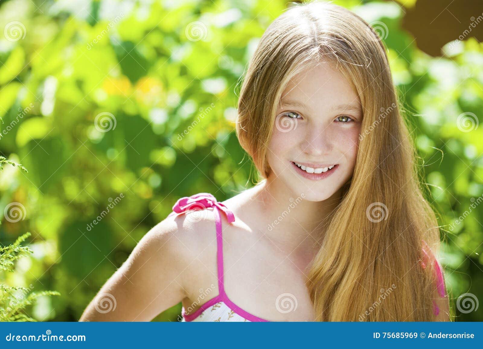 Porträt eines schönen jungen blonden kleinen Mädchens