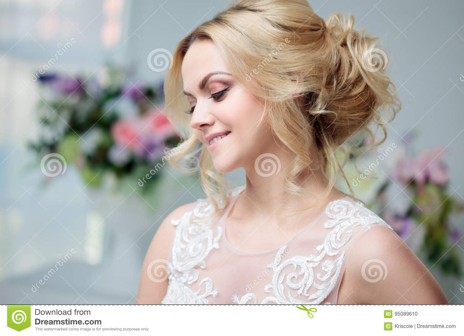 Portrat Eines Schonen Madchens In Einem Hochzeitskleid Braut In