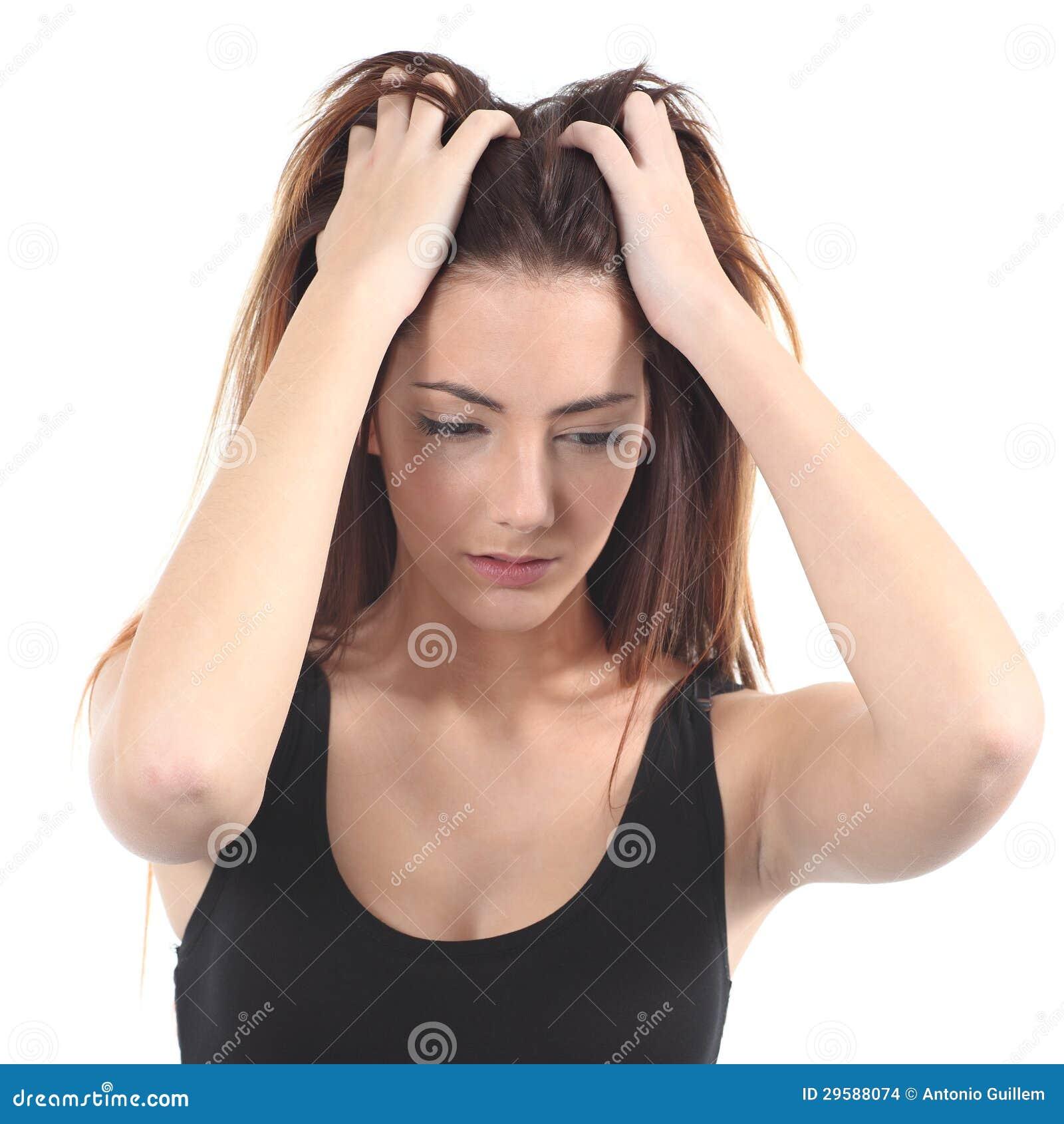 Porträt eines schönen Mädchens sorgte sich mit beiden Händen auf dem Kopf