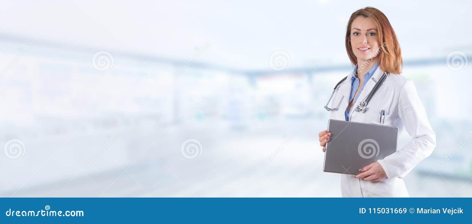 Porträt eines Schönheitsdoktors mit Tablette über blauem pharm