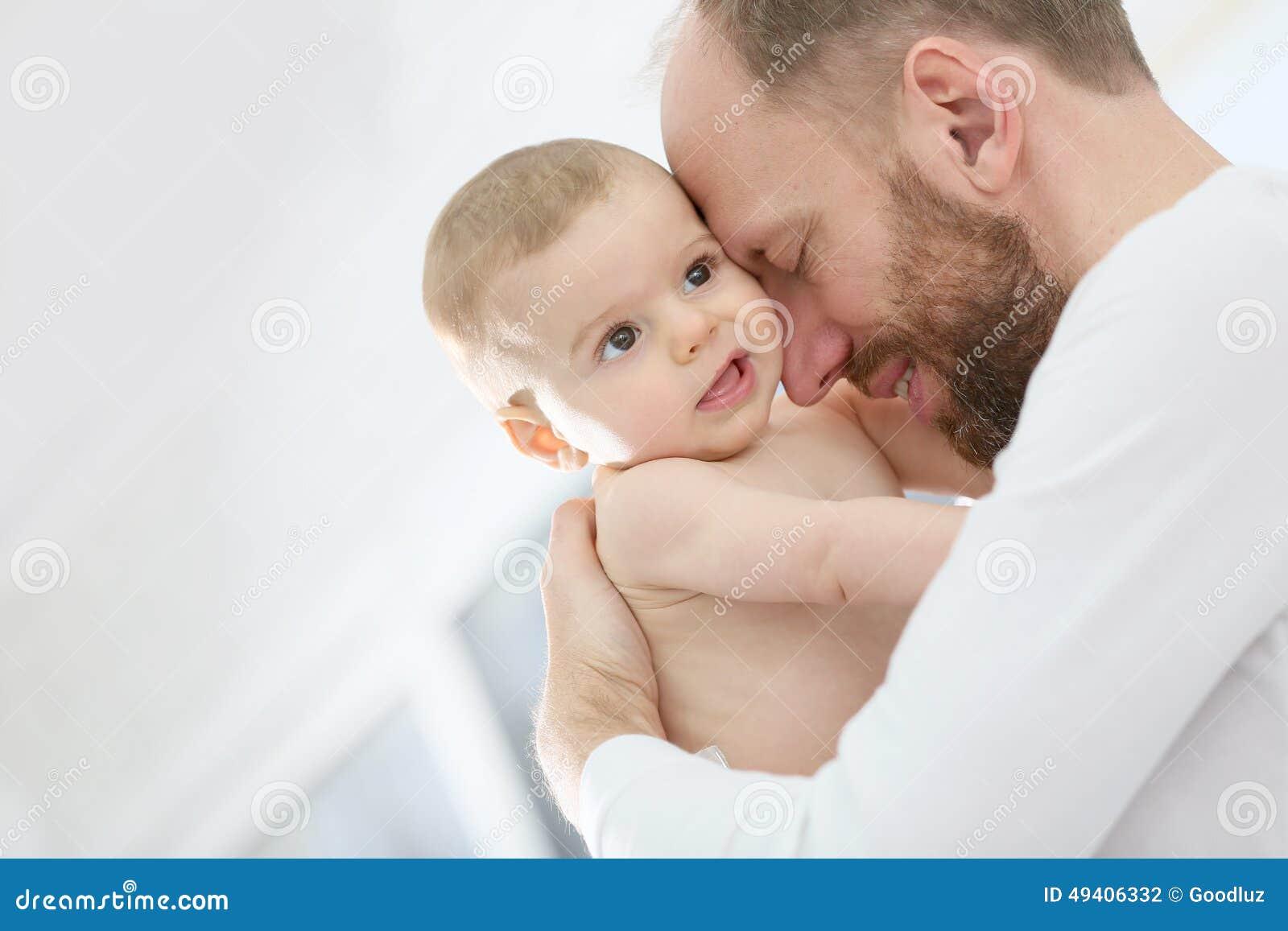 Download Porträt Eines Vaters, Der Sein Baby Streichelt Stockfoto - Bild von streicheln, glück: 49406332