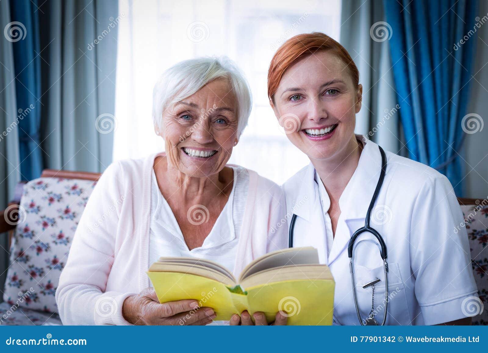 Porträt glücklichen Doktors und des Patienten