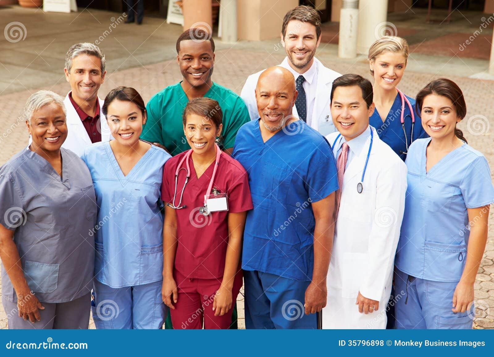 Porträt im Freien des Ärzteteams