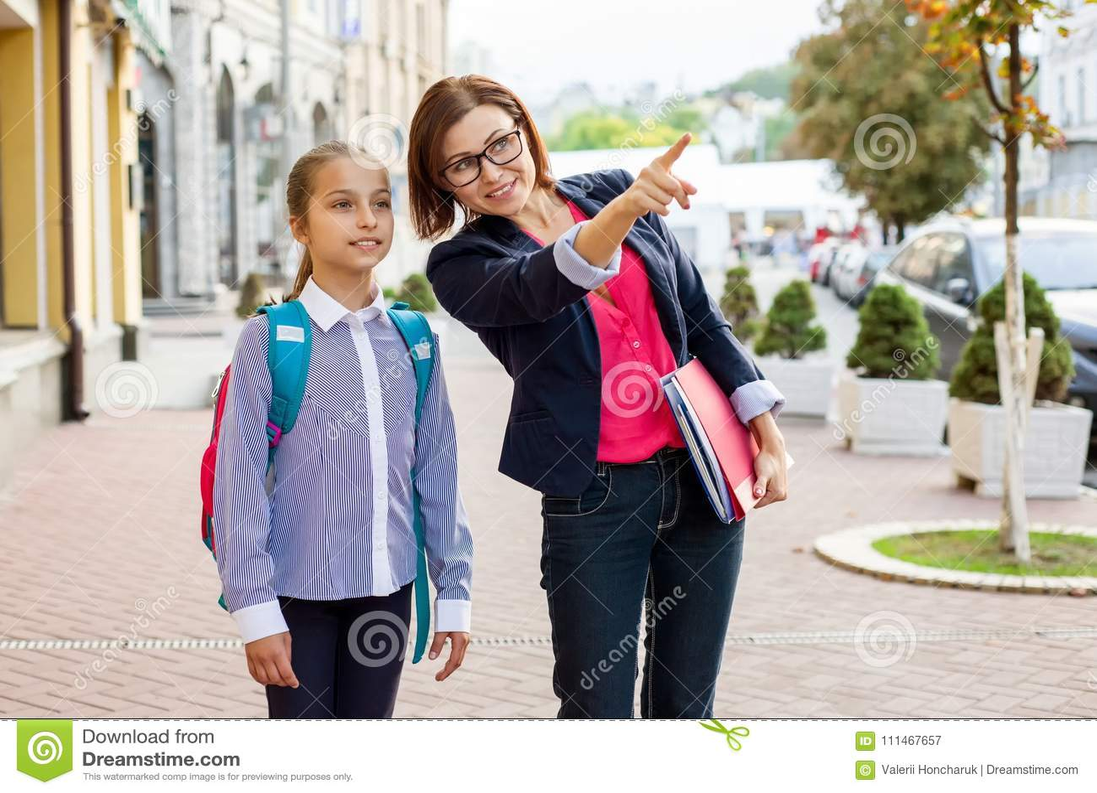 Porträt im Freien des Schulmädchens und des Lehrers