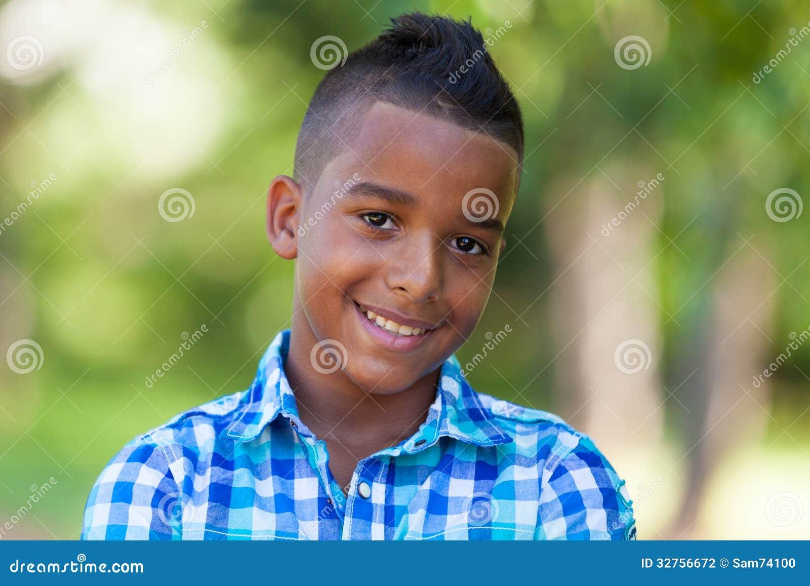 Porträt im Freien eines netten jugendlichen schwarzen Jungen - afrikanische Leute