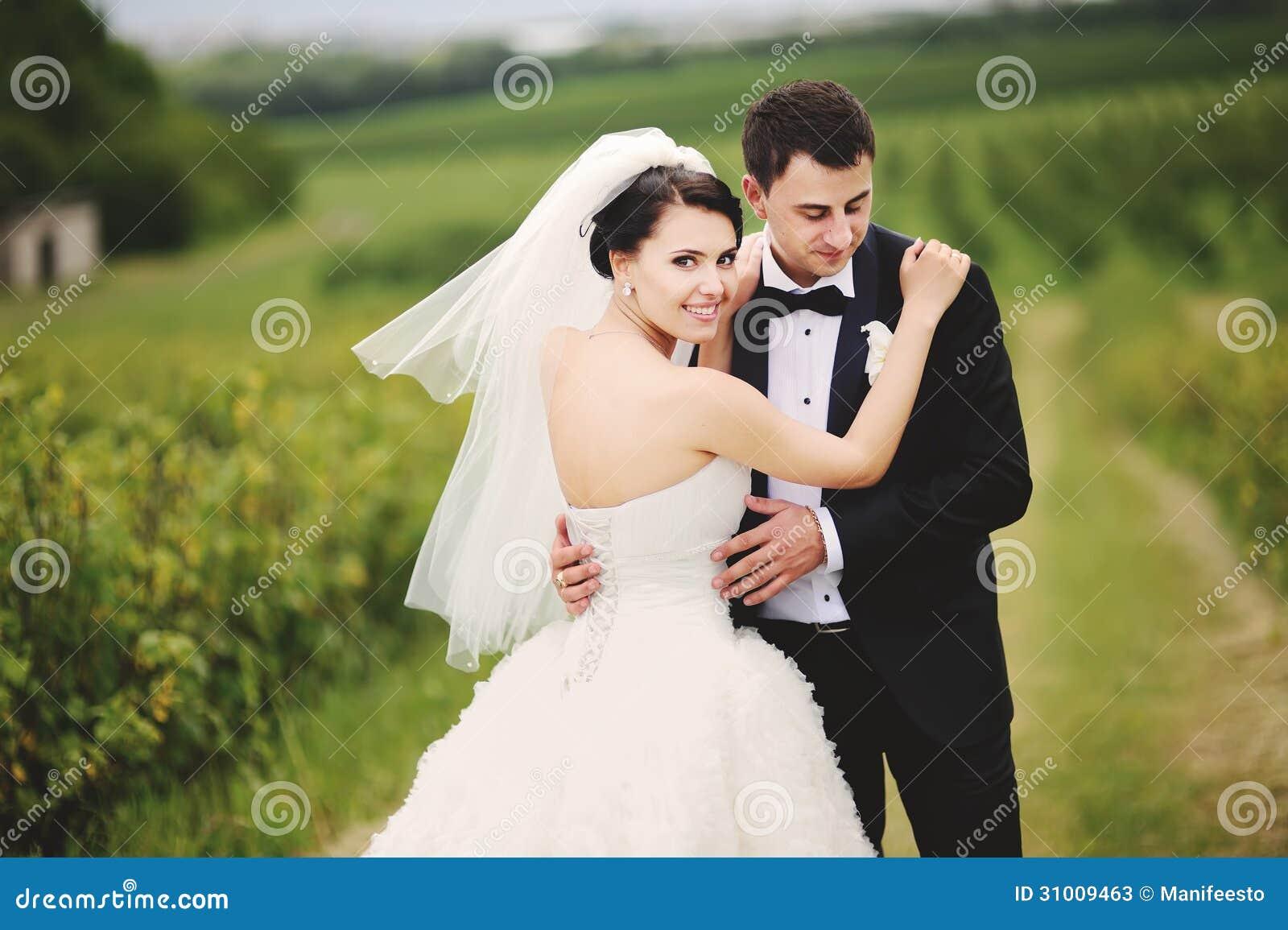 Portrat Im Freien Von Hochzeitspaaren Stockbild Bild Von Dunkel