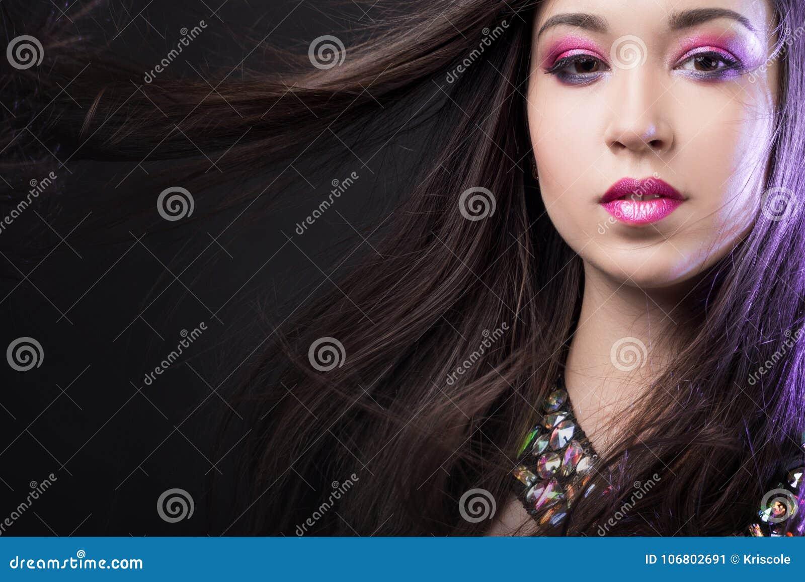Download Porträt Jungen Schönheit Brunette Mit Hellem Make-up Stockbild - Bild von frau, augenschminke: 106802691