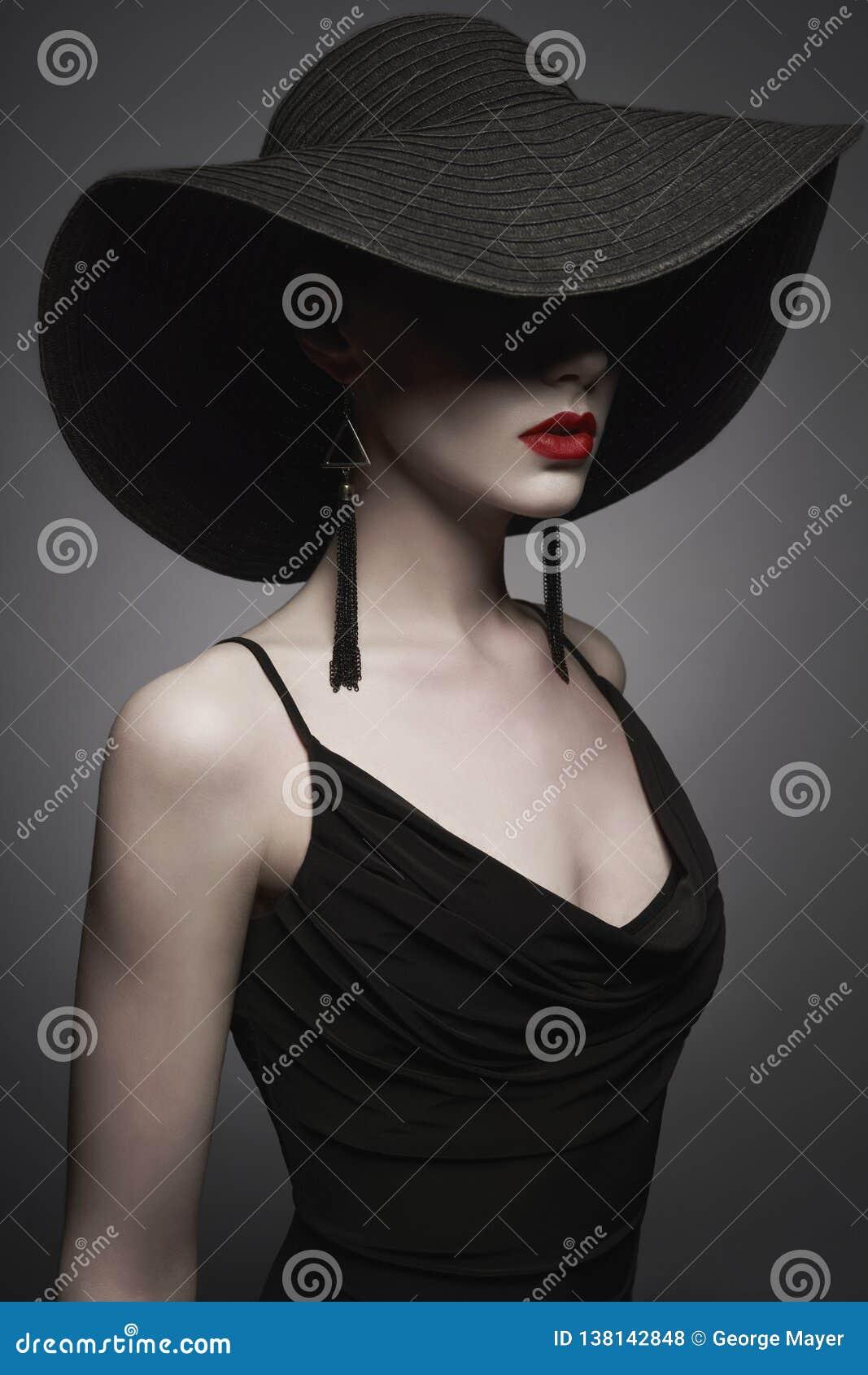 Porträt junger Dame mit schwarzem Hut und Abendkleid