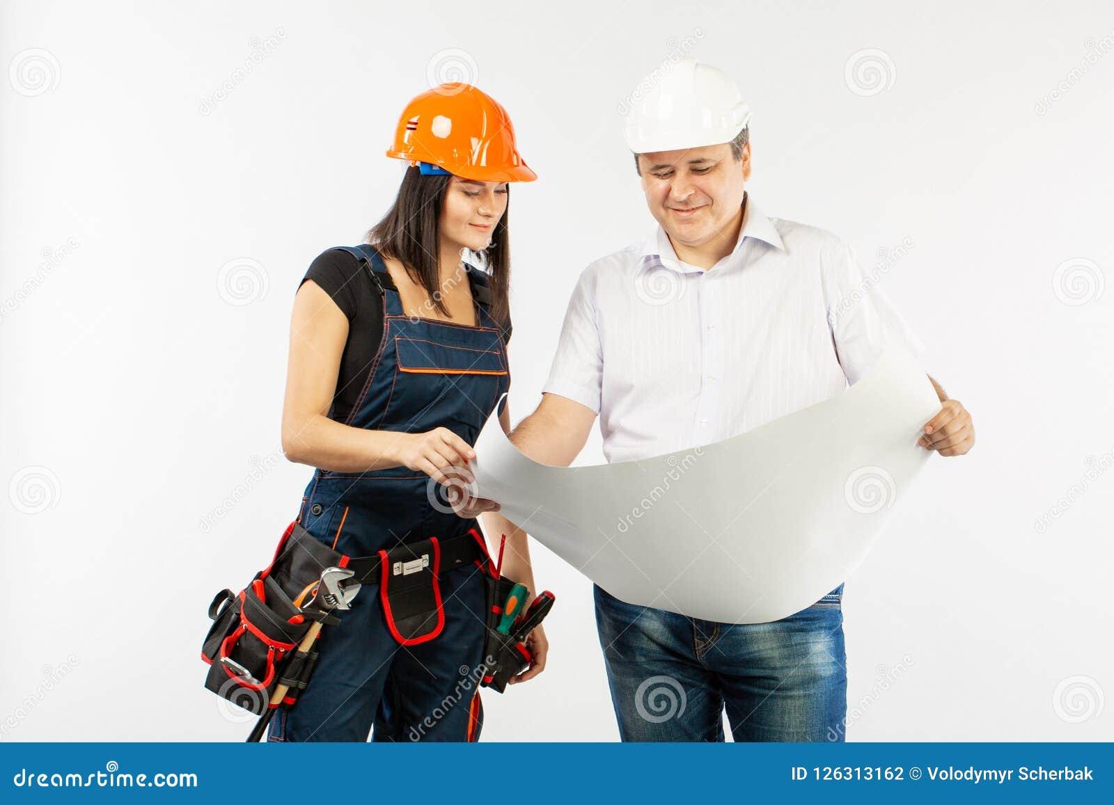 Porträt männlichen Architekten-And-Erbauer Woman Discussing-Bauplans Vorarbeiter, der Rollenpapier hält