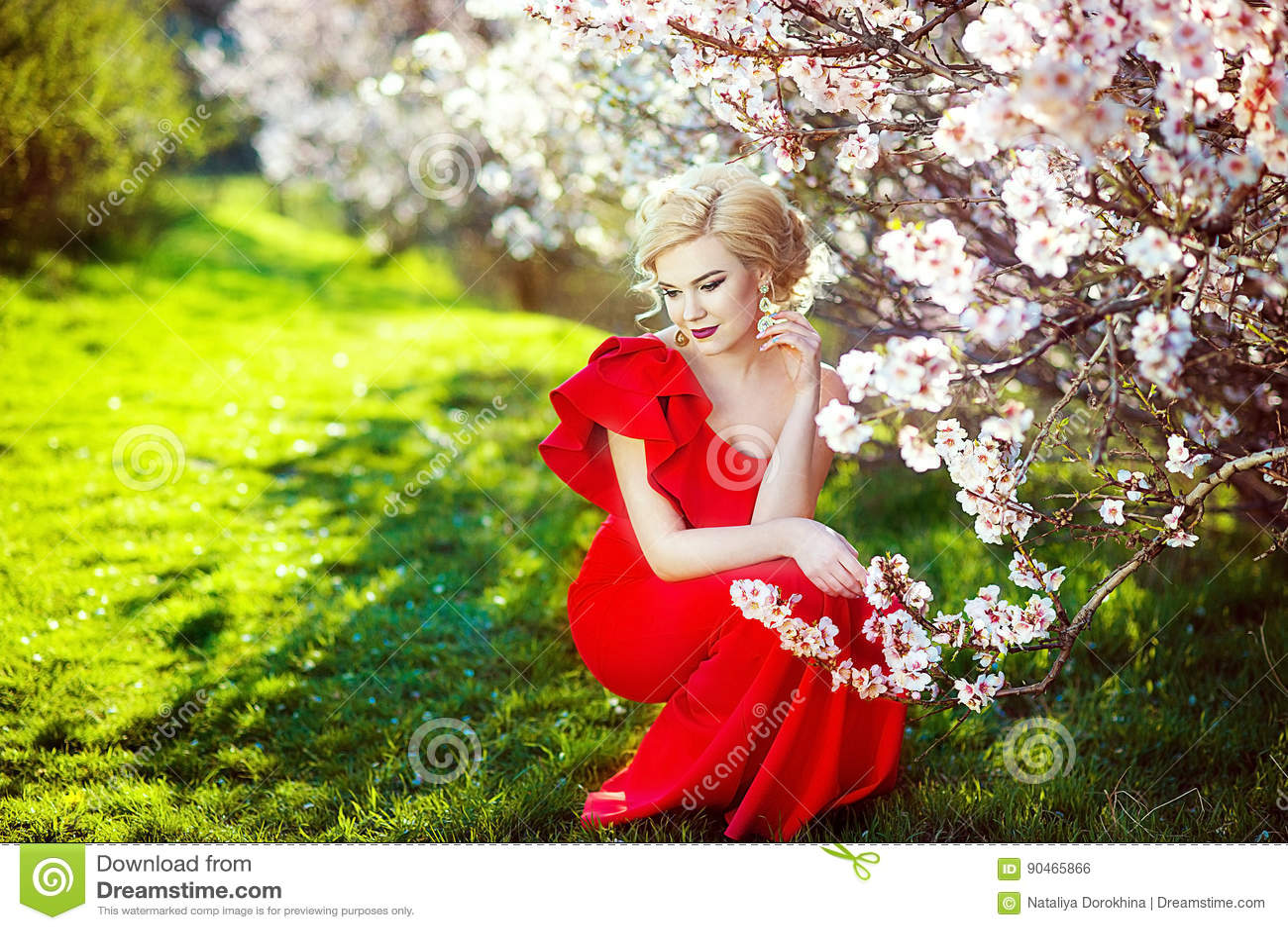 69d6b2bbf11cb Porträt Schönen Jungen Blondine Mit Dem Langen Haar Im Roten Kleid ...
