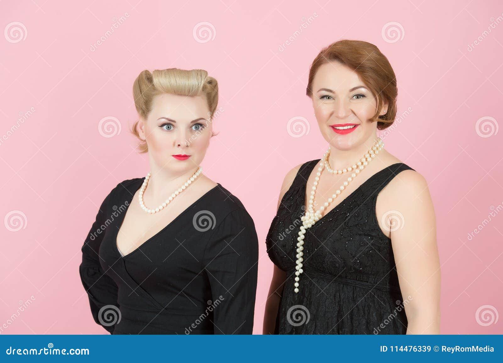 Porträt von Damen im schwarzen Kleid herein im amerikanischen Stil auf rosa Hintergrund