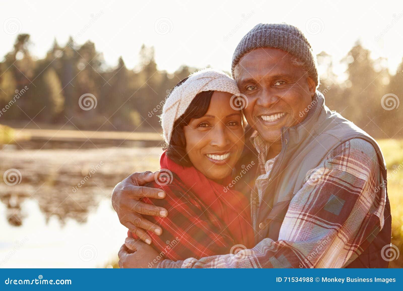 Porträt von den älteren Afroamerikaner-Paaren, die durch See gehen