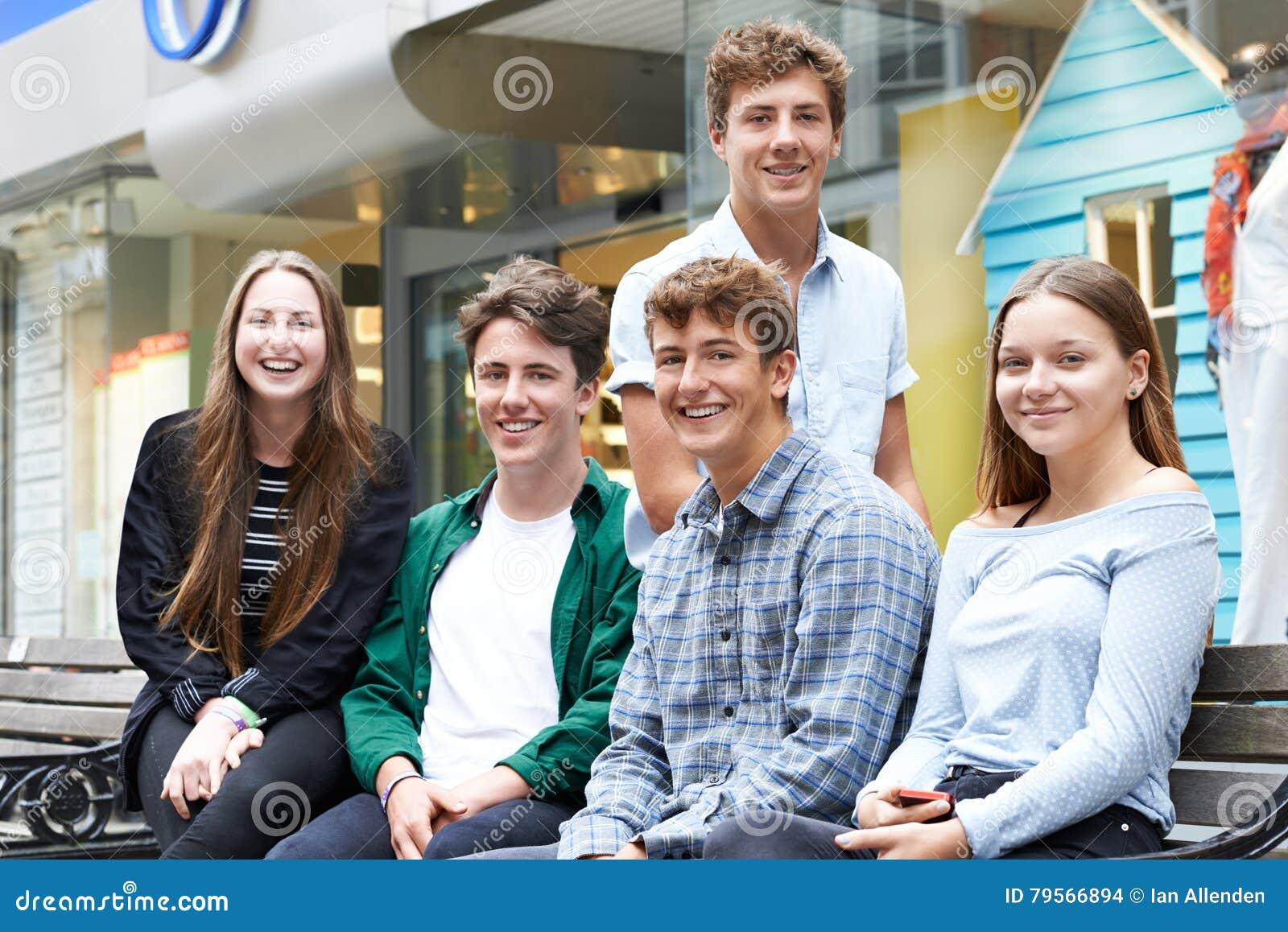Porträt von den Jugendfreunden, die heraus zusammen in der Stadt hängen