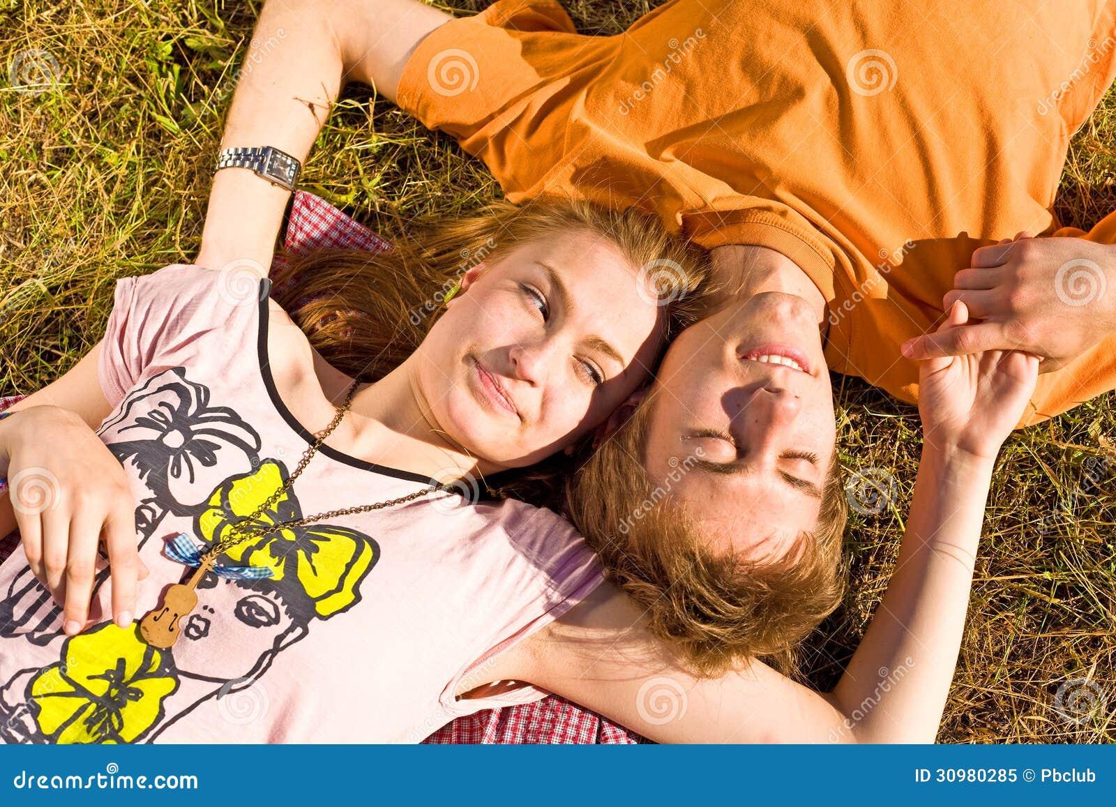 Porträt von den spielerischen jungen Liebespaaren, die Spaß haben