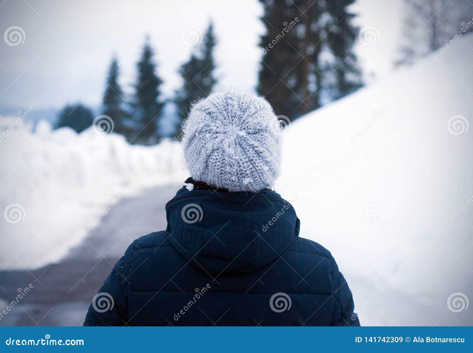 Porträt von der Rückseite des überraschenden Mädchens am kalten Wintertag Foto im Freien einer jungen Frau im woolen grauen Hut,