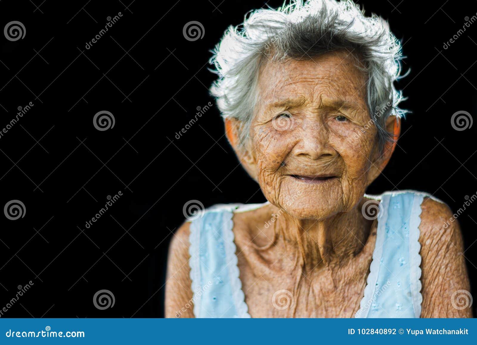 Porträt von drücken und hilflose ältere Frau, Großmuttersitzen nieder