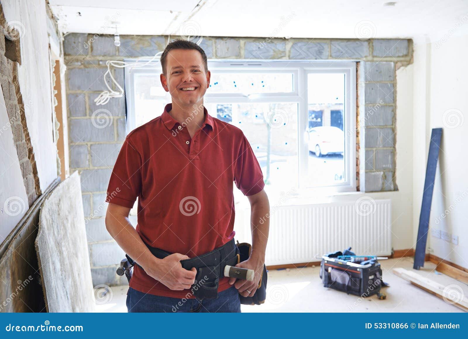 Porträt von Erbauer-Carrying Out Home-Verbesserungen