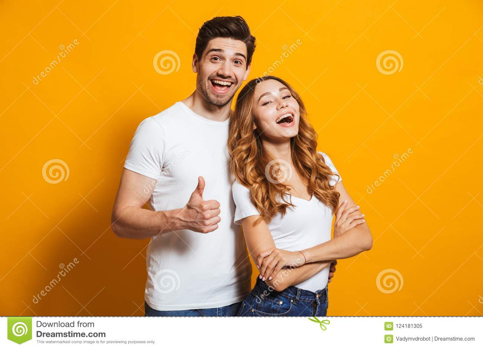 Porträt von frohen Naturen Mann und Frau in grundlegendem Kleidung smil