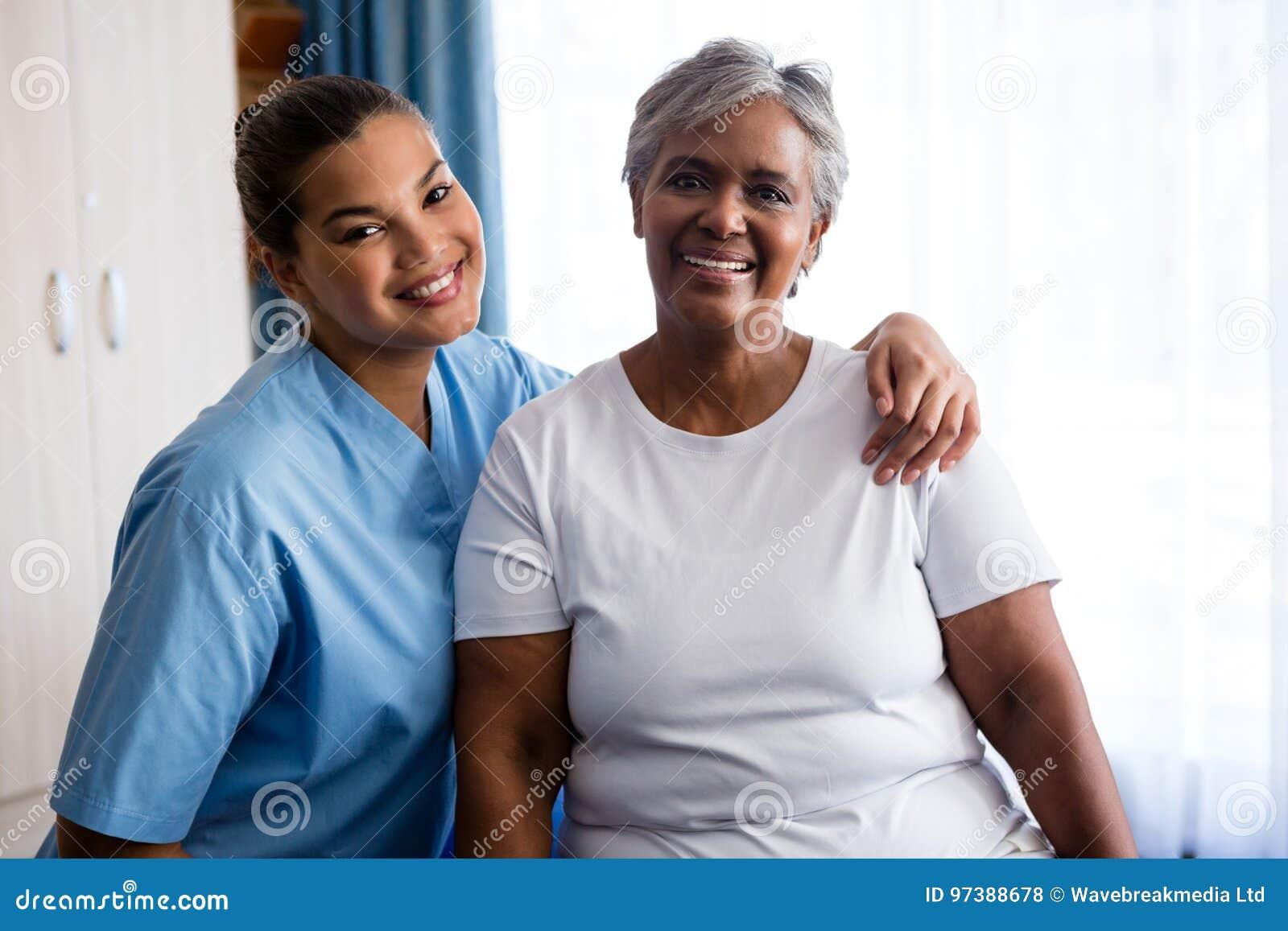 Porträt von Jungen pflegen mit Patienten im Pflegeheim