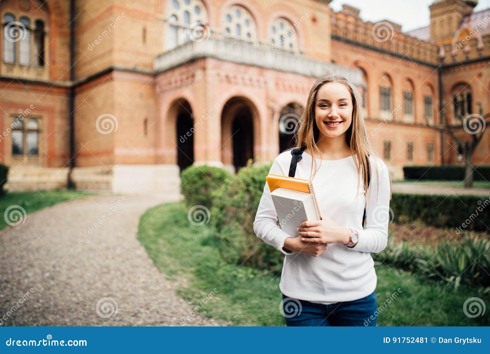 Porträt von Mädchen Hochschulstudenten draußen auf dem Campus