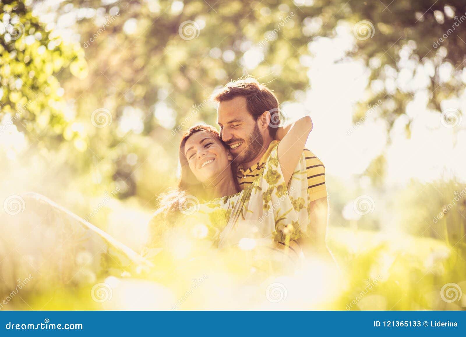 Porträt von Mittelalterpaaren an der Natur Genießen Sie im Frühjahr Jahreszeit