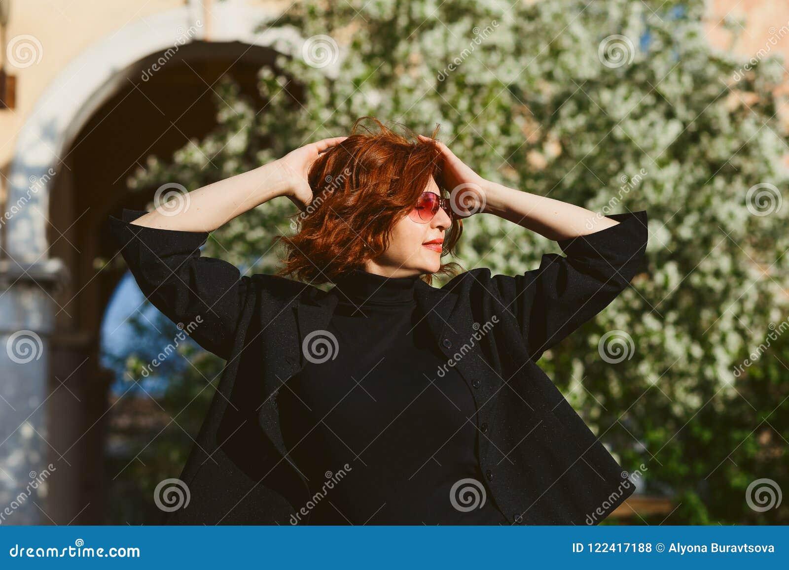 Porträt von mittlerem Alter der tragenden Sonnenbrille einer Frau