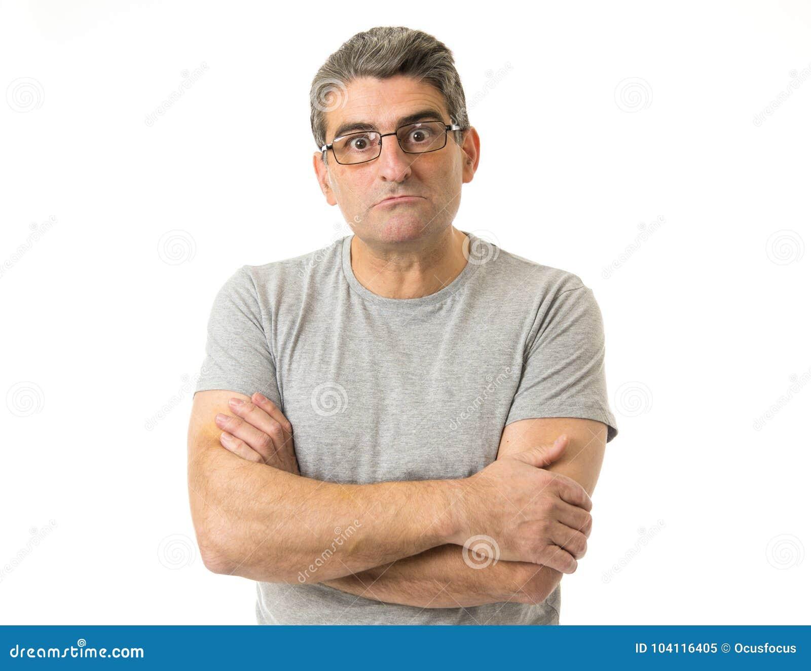 Porträt von 40s sonderbar und Sonderlingsmann auf Gläsern in der lächerlichen Schwelle