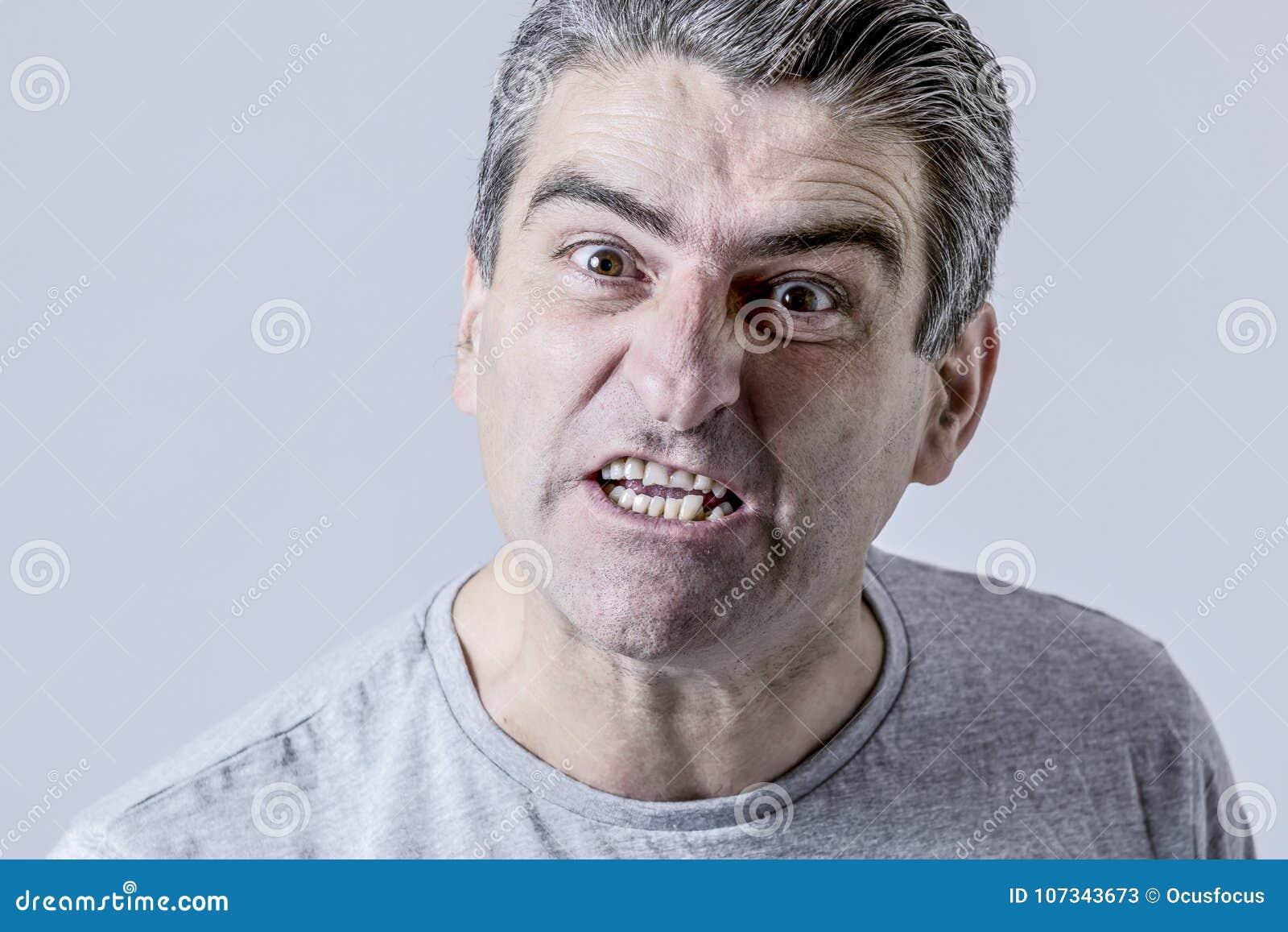 Porträt von 40s zum weißen verärgerten 50s und umgekippten Kerl und zu verrücktem Furio