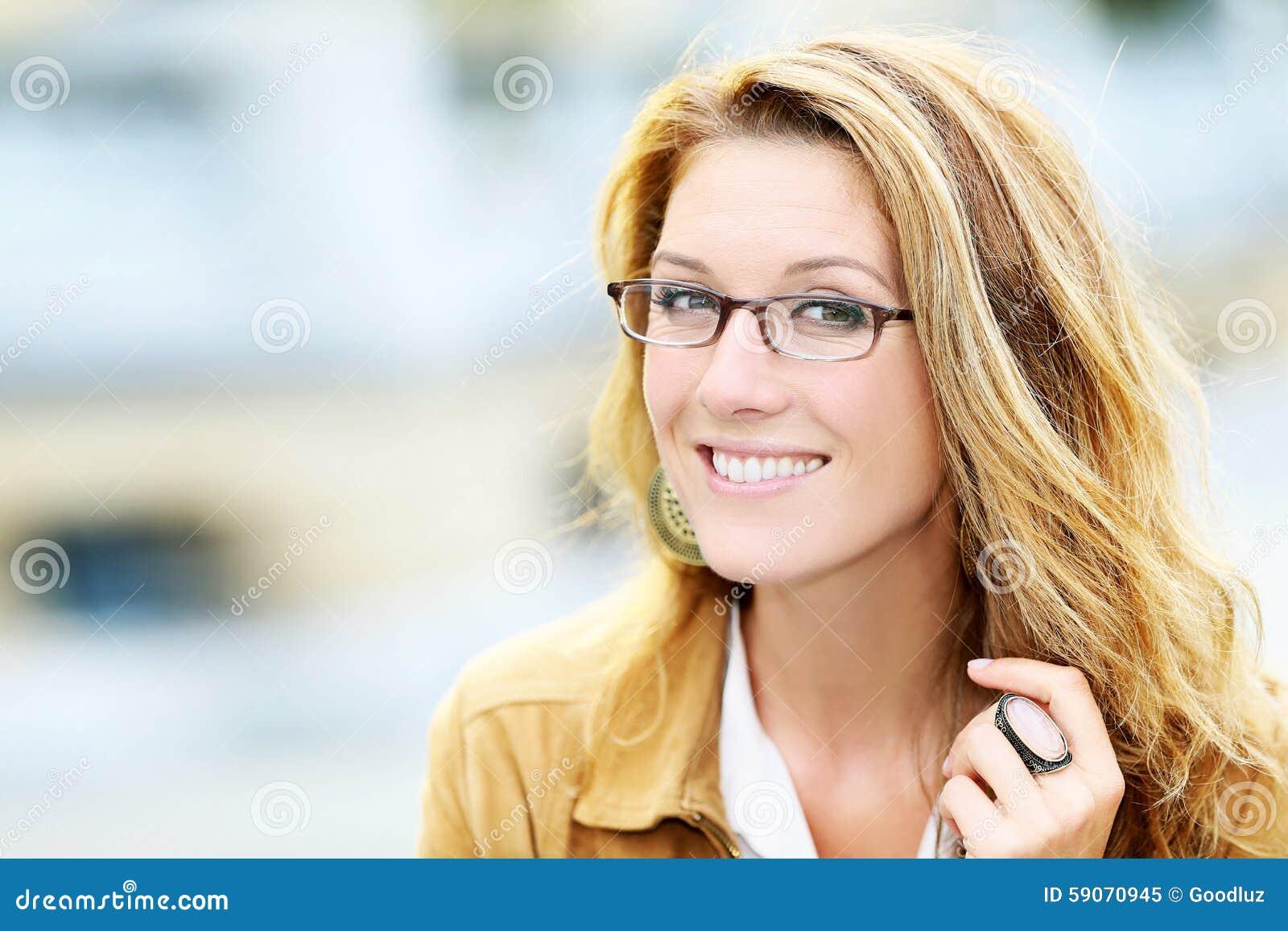 Porträt Von Tragenden Brillen Der Reifen Frau Stockbild